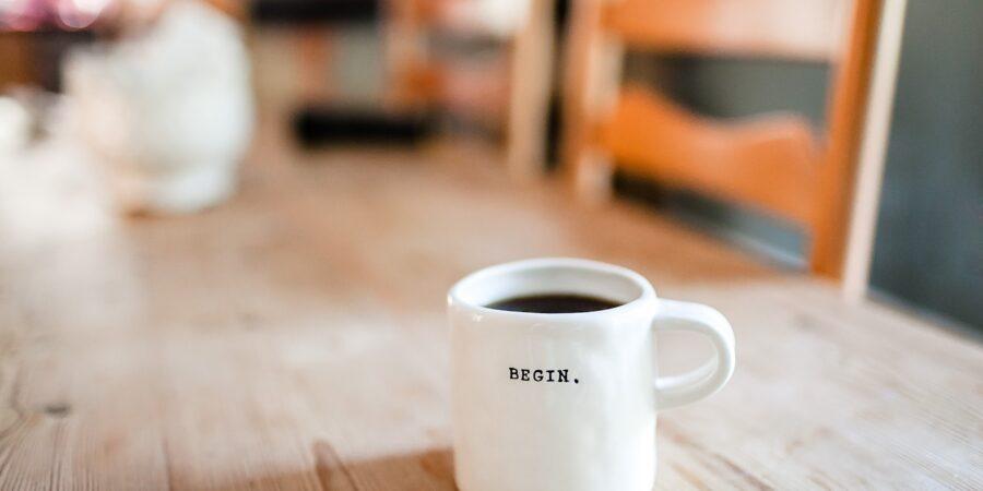 Begyndelse starter med kaffe på bordet